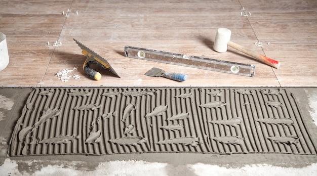 Outils avec un carreau de céramique