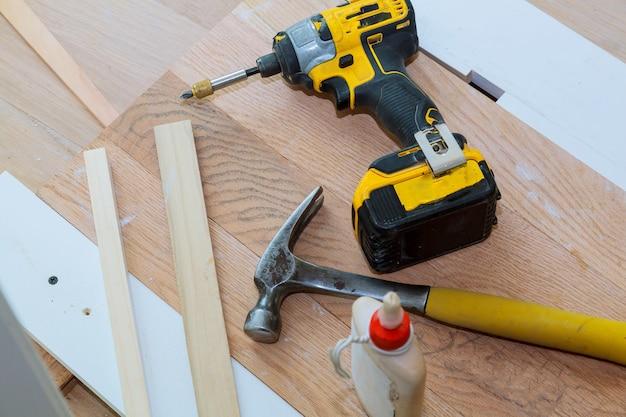 Outils de charpentier sur bois