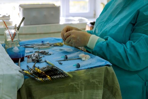 Outils de chirurgie sur table avec médecin sur fond