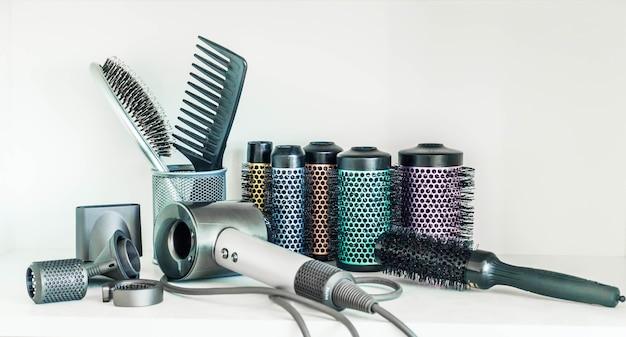 Outils de coiffeur professionnel isolés sur blanc