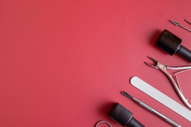 Outils et conseils de manucure sur fond coloré avec espace de copie. concept de revêtement de vernis gel