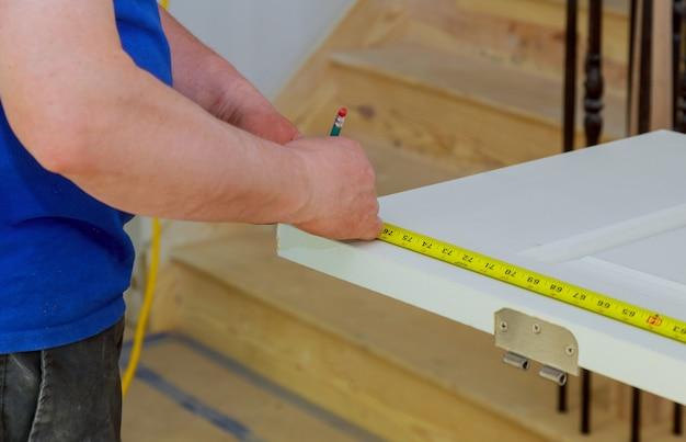 Outils de construction avec blueprint sur un bureau en bois