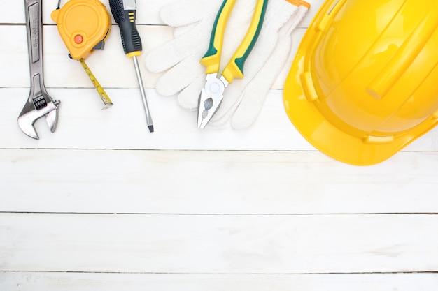 Outils de construction sur bois blanc, espace copie ci-dessous