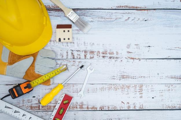 Outils de construction sur un fond en bois. copiez le concept de maintenance de l'espace.