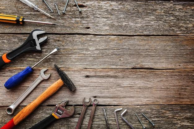Outils de construction sur fond en bois avec espace de copie