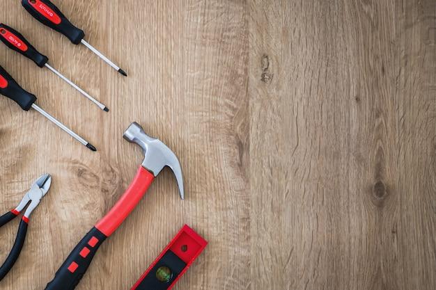 Outils de construction sur le fond en bois.