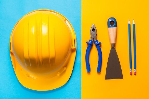 Outils de construction sur fond coloré
