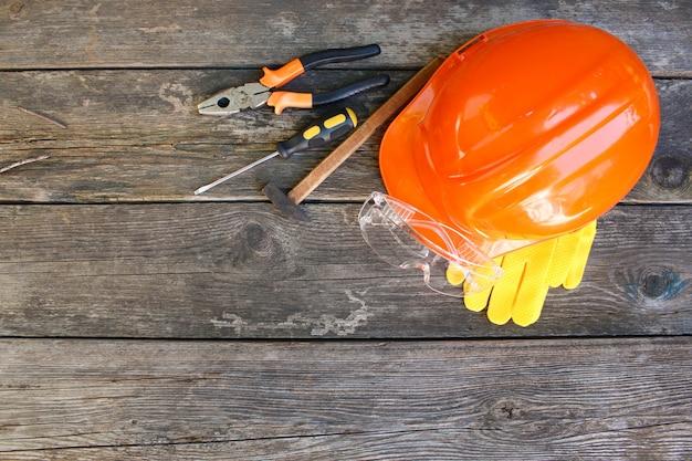 Outils de construction et moyens de protectionf. vue de dessus, plat poser.