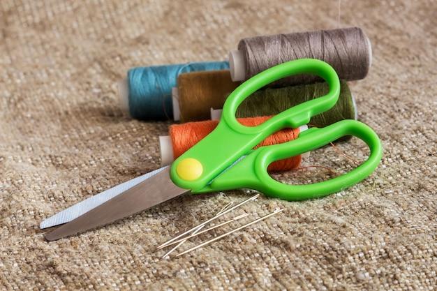Outils de couture avec aiguilles et fil
