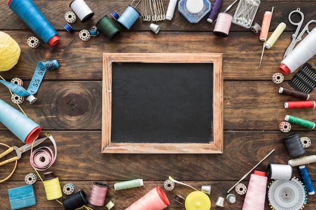Outils de couture autour du tableau