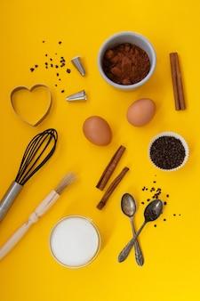 Outils de cuisson sur fond jaune