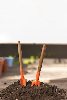 Outils dans le sol