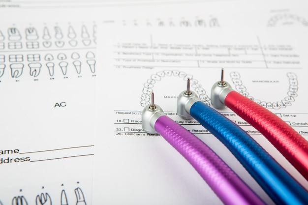 Outils dentaires et de l'équipement sur le dossier dentaire
