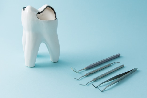 Outils dentaires pour la dentisterie. instruments dentaires. fermer.