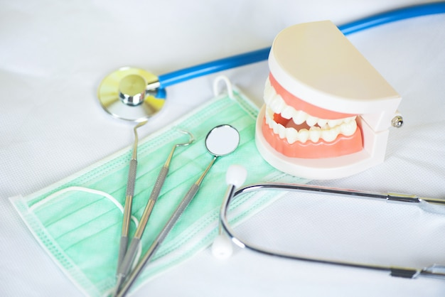 Outils de dentiste avec brosse à dents en bambou prothèses dentaires instruments et bilan hygiéniste dentaire avec modèle de dents et bouche miroir santé bucco-dentaire