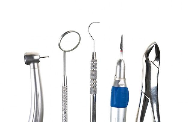 Outils de dentiste dans la rangée