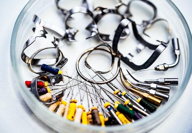 Outils de dentistes dans le cabinet. différents instruments et outils dentaires chez le dentiste