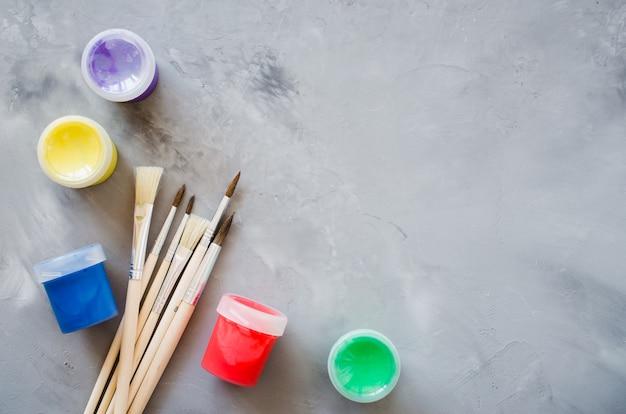 Outils de dessin, ensemble de pinceaux propres et de peintures multicolores.