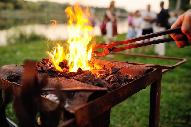Les outils du forgeron sur fond de feu