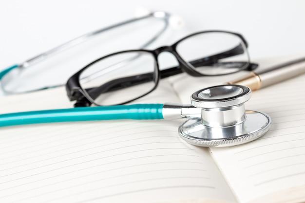 Outils du médecin sur un cahier ouvert