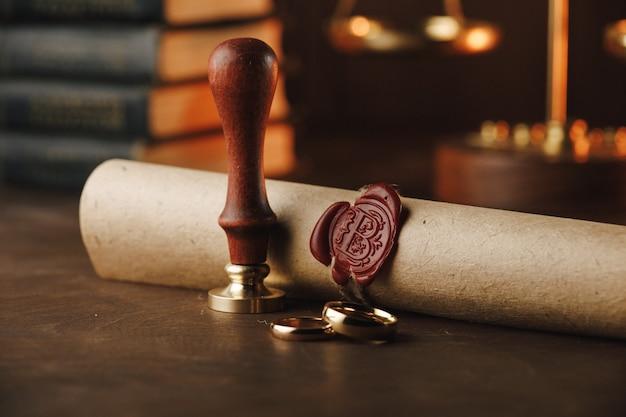 Outils du notaire public. ancien tampon et document sur une table
