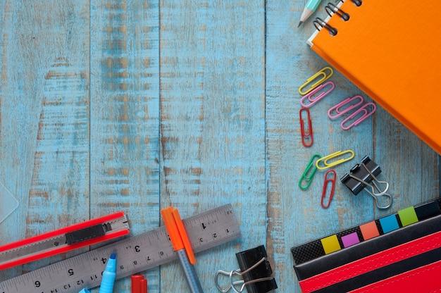 Outils d'école ou de bureau sur la table en bois vintage