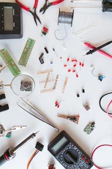 Outils d'électricien et de plombier, pièces et composants électriques avec accessoires, fond blanc isolé. diy, faites-le vous-même concept