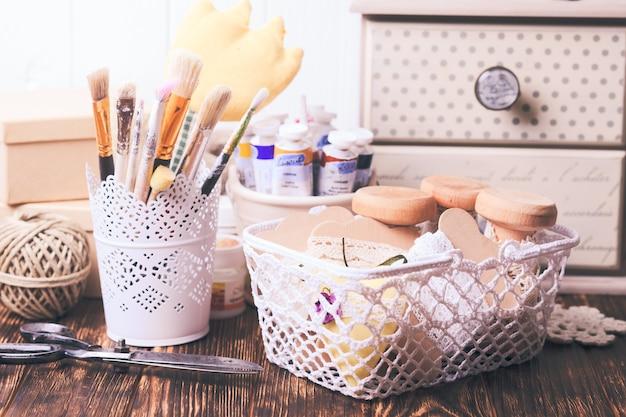 Outils faits à la main - pinceaux, peintures, rubans minables et ciseaux