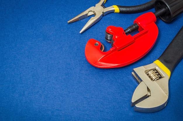 Outils sur fond bleu préparés par un maître professionnel avant réparation ou construction