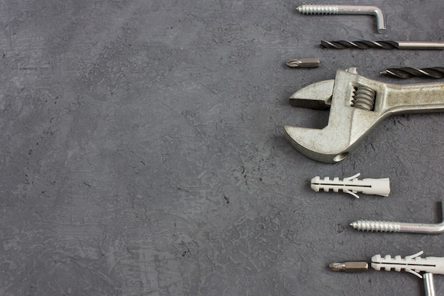 Outils sur fond sombre avec fond. ensemble d'outil de menuiserie