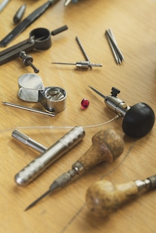 Outils de graveur d'orfèvres sur le lieu de travail de bijoux