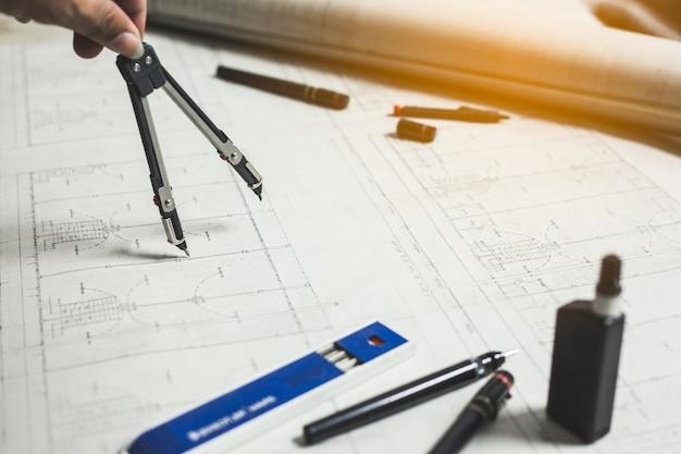 Outils d'ingénierie et de dessin sur la table