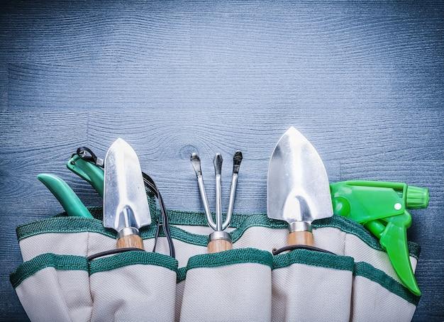 Outils de jardin dans un sac à main à bord.
