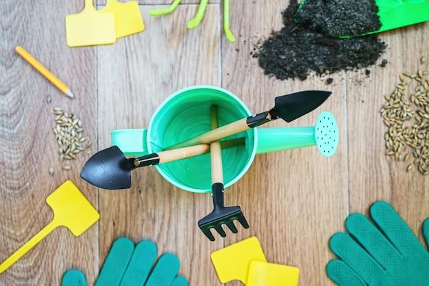 Outils de jardinage sur bois