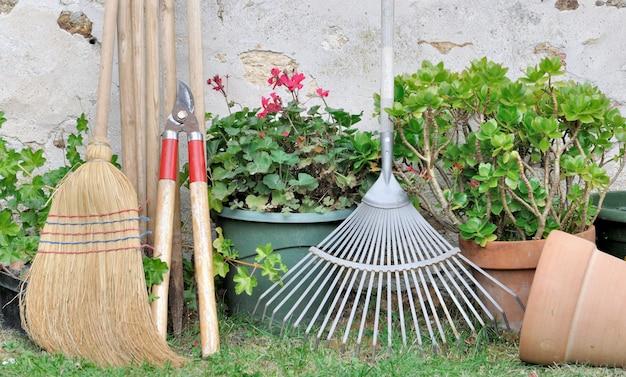 Outils de jardinage dans le jardin