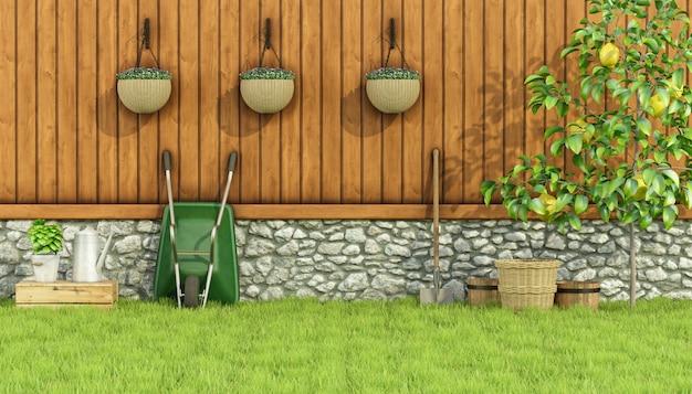 Outils de jardinage dans un jardin