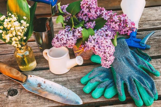 Outils de jardinage sur fond en bois