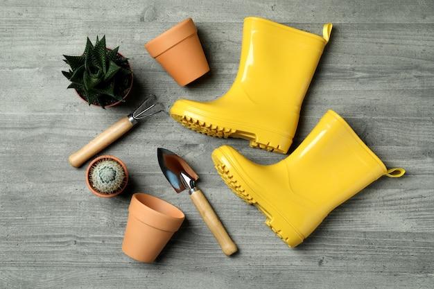 Outils De Jardinage Sur Gris Texturé, Vue De Dessus Photo Premium