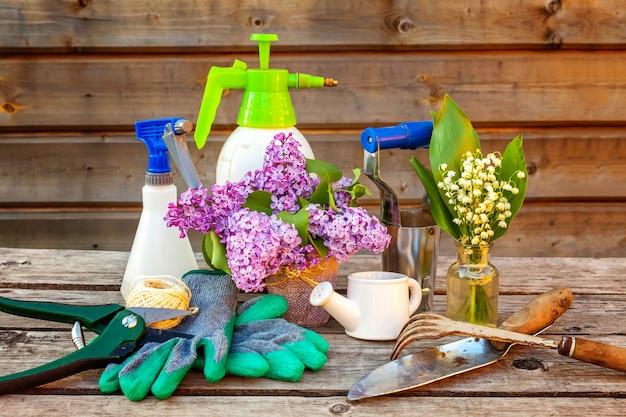 Outils de jardinage sur mur en bois