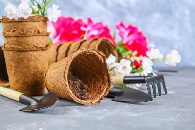 Outils de jardinage, pots sur un fond de béton gris. copiez l'espace.