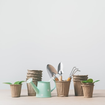 Outils de jardinage, pots en papier, arrosoir sur papier kraft