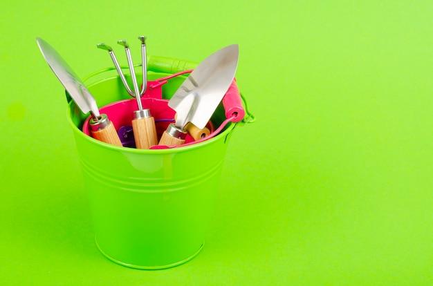 Outils de jardinage sur une surface verte. composition du concept de jardinage. vue d'en-haut