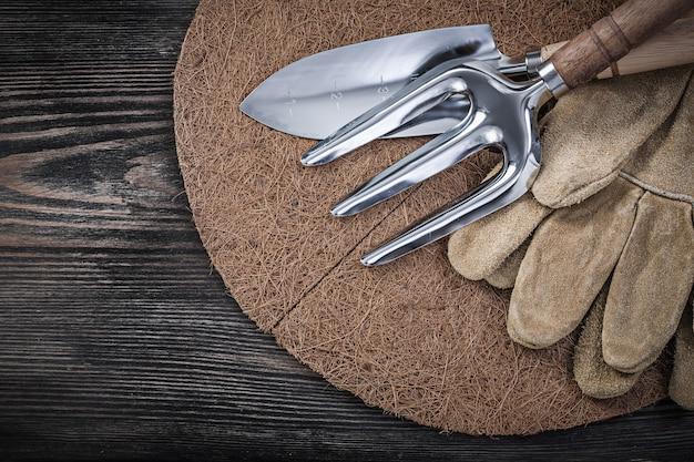 Outils de jardinage sur table en bois
