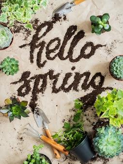 Outils de jardinier avec sol épars et plantes vertes sur fond de papier kraft froissé