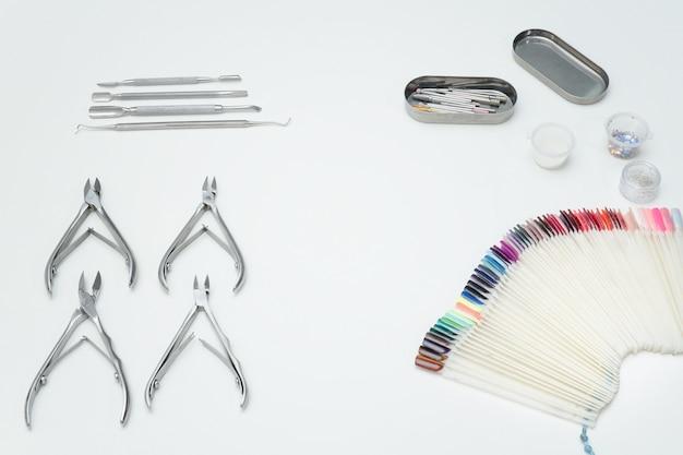 Outils de manucure, pinces, palette.