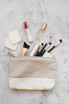 Outils de maquillage dans un étui