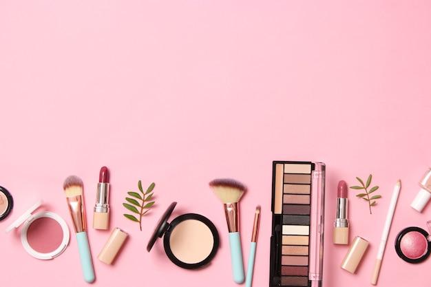Outils de maquillage professionnels. produits de maquillage. un ensemble de divers produits pour le maquillage. photo de haute qualité