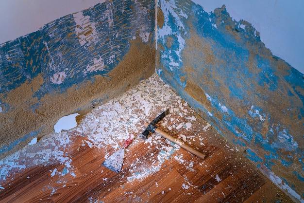 Outils de marteau et de grattoir pour enlever la peinture