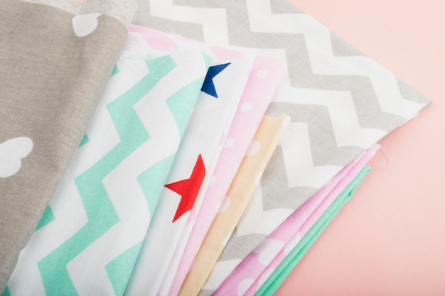 Outils et matériel de couture, ciseaux, fils, craie, tissu. couture, mode et style.