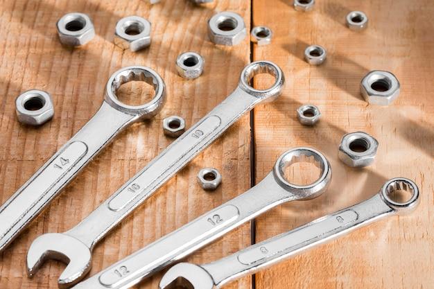 Outils de mécanicien à plat sur table